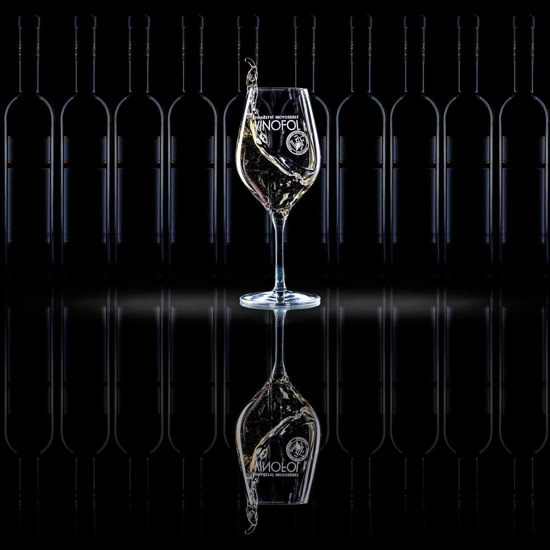 Reklamní produktová fotografie skleničky vína