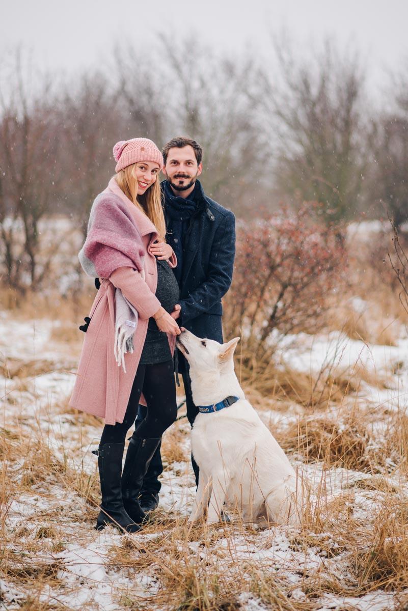 Těhotenské fotky a těhotenské focení v zimě ve sněhu